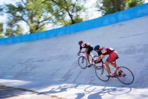 Zwei Männer auf Rennradbahn