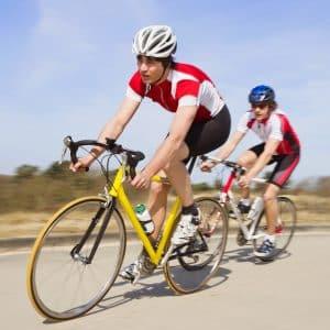 Zwei Rennradfahrer in Aktion