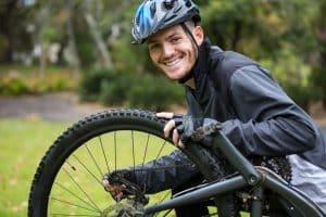 junger Mann repariert Fahrrad