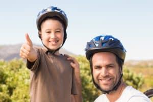 Vater und Sohn testen Fahrradhelme