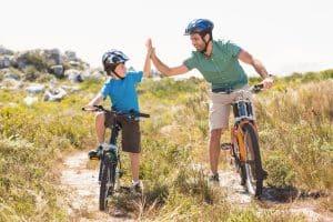 Vater und Sohn mit Fahrrad unterwegs
